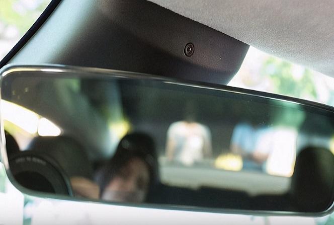特斯拉激活车内摄像头,用于Autopilot启动时监控司机
