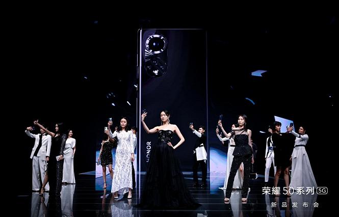 """荣耀50系列是""""今年最美手机""""?""""整装重发""""不容小觑"""