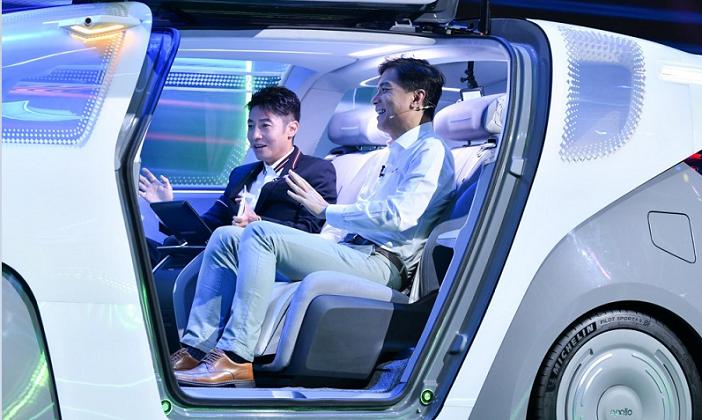 """百度世界大会上,李彦宏发布Apollo""""汽车机器人"""""""